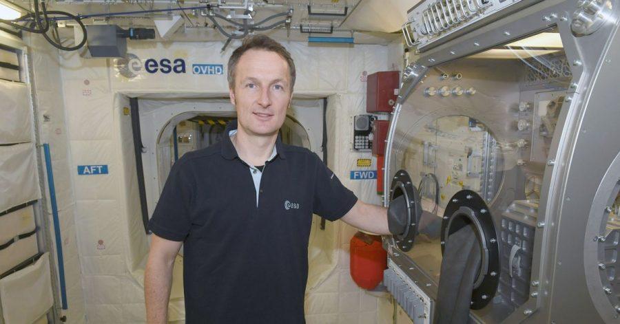 Astronaut Matthias Maurer steht in einem Trainingsmodul im Europäischen Astronautenzentrum in Köln.