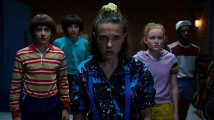 """Millie Bobby Brown (vorne) und ihre Clique in der dritten Staffel von """"Stranger Things"""" (wue/spot)"""