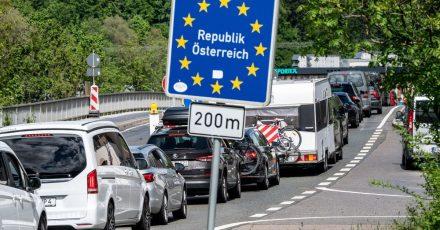 Der Verkehr staut sich auf einer Brücke über den Inn kurz vor der Einreise nach Österreich.