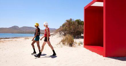 Bei der Mailänder Modewochen präsentieren Models die «short short» - Kreation von Pradas Kollektion Frühjahr/Sommer 2022 am Strand.