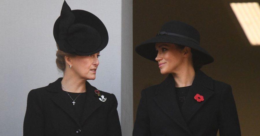 Die Herzogin von Sussex Meghan (r) und Sophie, Gräfin von Wessex, hier bei einem Gedenkgottesdienst am «Cenotaph Memorial», einem Kriegsdenkmal im Londoner Regierungsviertel.