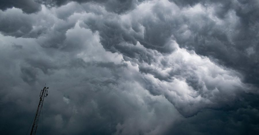Eine dichte Gewitterfront braut sich in Kalkutta zusammen.