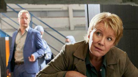 """""""Marie Brand und der Duft des Todes"""": Jürgen Simmel (Hinnerk Schönemann) und Marie Brand (Mariele Millowitsch) besichtigen den Tatort. (cg/spot)"""