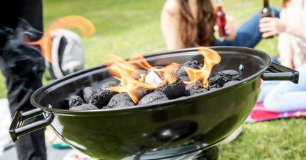 Auf Spiritus oder Alkohol als Brandbeschleuniger sollte man beim Grillen verzichten.