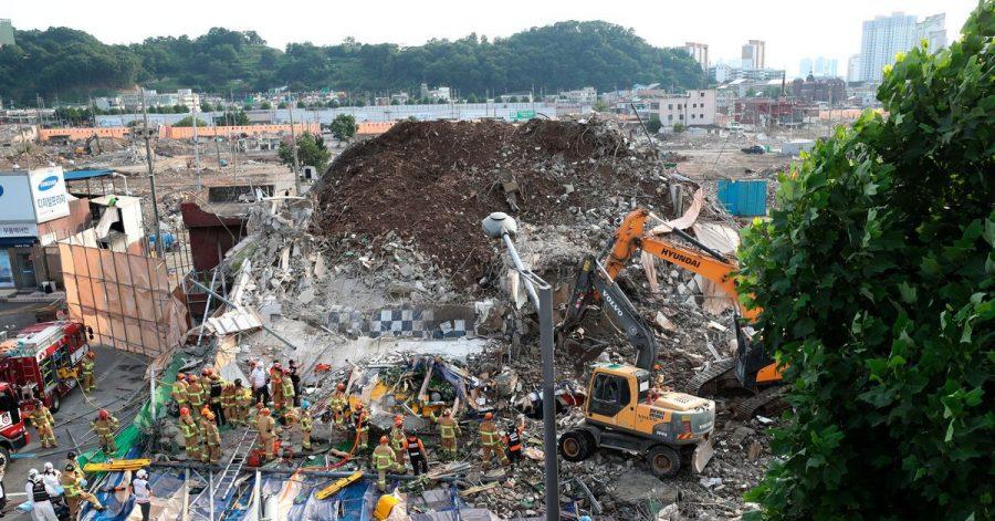 In den Trümmern suchen Feuerwehrleute nach Überlebenden.