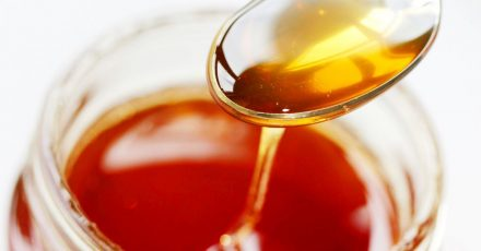 Verbraucherschützer bemängeln die aktuellen Kennzeichnungsvorschriften für Honig. Wurde er vermischt, ist die Herkunftsangabe nicht mehr aussagekräftig.