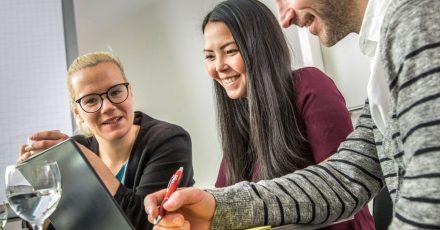 Es kommt nicht nur auf Fachwissen an: In einem Großteil der Stellenausschreibungen verlangen Arbeitgeber auch Teamgeist.