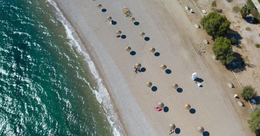 An einem Strand südlich von Athen:Griechenland empfängt bereits seit einigen Wochen wieder Touristen.