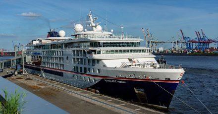 Das Kreuzfahrtschiff «Hanseatic nature» von Hapag-Lloyd Cruises liegt am Terminal des Cruise Center in Altona. Nach monatelanger Corona-Zwangspause soll die Kreuzfahrtsaison auch in Hamburg wieder starten.