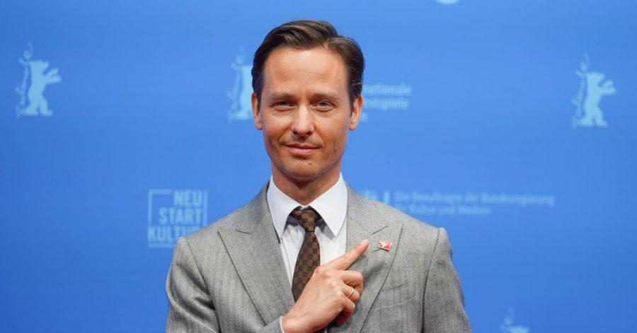 Der Schauspieler Tom Schilling kommt zur Filmpremiere des Films «Fabian oder Der Gang vor die Hunde» ins Freiluftkino auf der Berliner Museumsinsel.