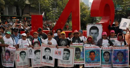 Angehörige der 43 vermissten Lehramtsstudenten 2019 bei einem Protestmarsch mit Porträts der Vermissten.