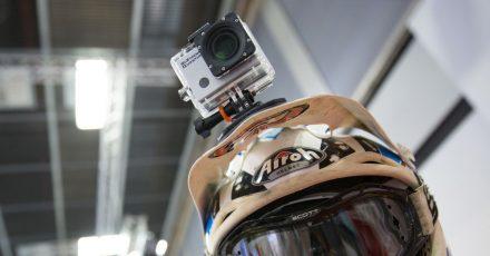 Hält am Helm: Actioncams werden meist mit umfangreichem Zubehör geliefert, das auch unkonventionelle Befestigungsmethoden erlaubt.