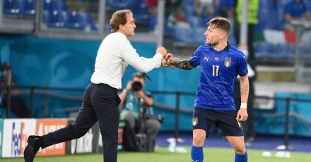Italiens Ciro Immobile (r) feiert mit dem Trainer Roberto Mancini das 3:0 gegen die Schweiz.