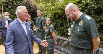 Prinz Charles spricht mit Mitarbeitern und Mitarbeiterinnen des National Health Service (NHS).