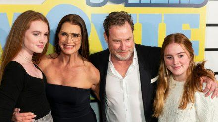 Schauspielerin Brooke Shields und Ehemann Chris Henchy und ihre Töchter Rowan (r.) und Grier auf dem roten Teppich. (jru/spot)
