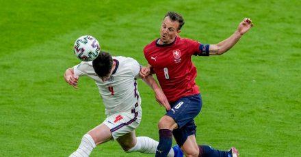 Englands Declan Rice (l) und Tschechiens Vladimir Darida im Kopfballduell.