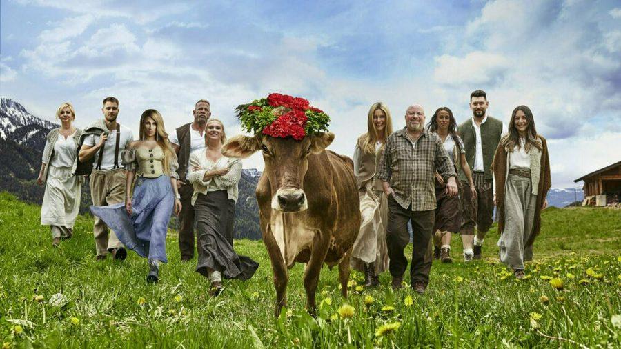 """Zehn Promis stellen sich bei """"Die Alm - Promischweiß & Edelweiß"""" den Herausforderungen des ländlichen Lebens. (amw/spot)"""