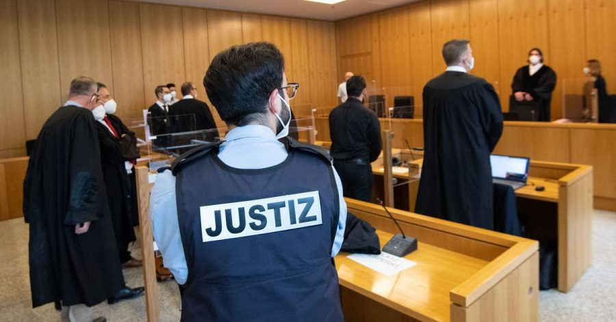 Der ehemalige Bundesligaprofi Deniz Naki (4.v.r.) steht im Landgericht hinter der Anklagebank.