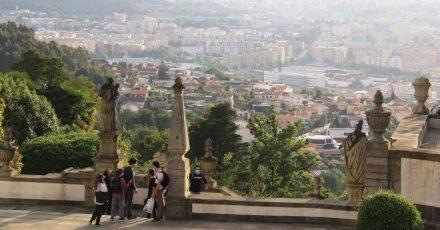 Die Stadt verliert sich im Dunst: Blick von der Wallfahrtskirche auf Braga.