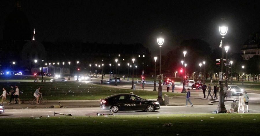 Ein Polizeifahrzeug patrouilliert in der Nähe von Les Invalides am frühen Morgen, nachdem sich Menschen am Freitagabend zu einer nicht genehmigten Party versammelt hatten.