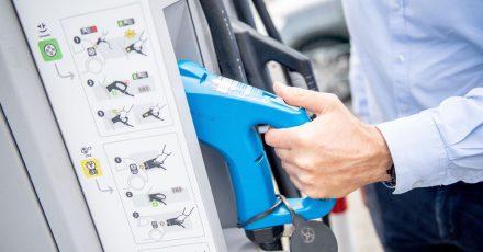 Zapfen ohne Zeche? Mancherorts bieten zum Beispiel Discounter kostenlose Lademöglichkeiten für E-Autos an.