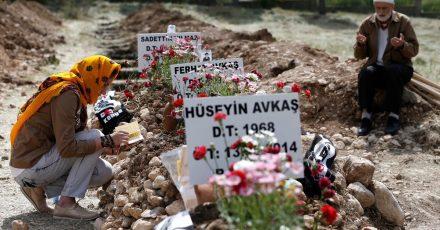Trauernde beten an den Gräbern der bei einer Explosion in der Kohlegrube im türkischen Soma getöteten Bergleute.