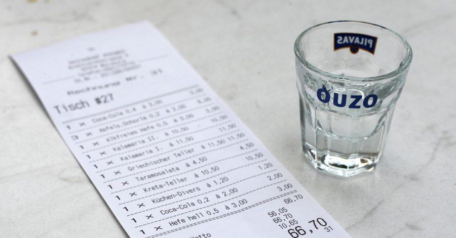Ein Gratisgetränk kann das Trinkgeld erhöhen.