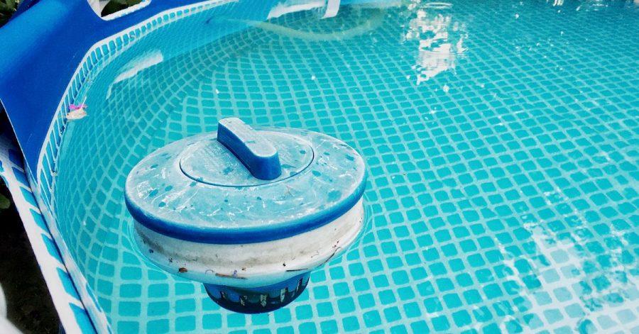 Damit das Wasser im Pool lange frisch bleibt, können Chlorschwimmer eine Lösung sein.