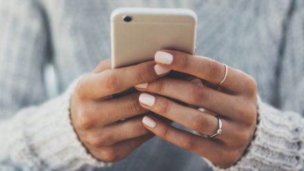 Wie das Smartphone richtig nutzen? Besser mit zwei Daumen tippen als mit einem. (wue/spot)