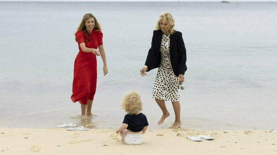 Carrie Johnson (l.) mit ihrem Sohn Wilfred und Jill Biden am südenglischen Strand. (dr/spot)
