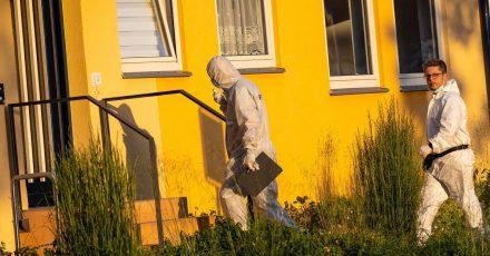 Mitarbeiter der Spurensicherung der Polizei am Tatort in Espelkamp.
