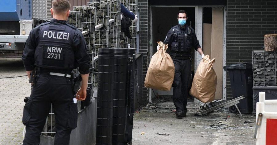 Einsatzkräfte stehen bei einem großangelegten Einsatz gegen die Rauschgiftkriminalität vor einem Bürogebäude in Essen. Internationale Ermittler haben nach Angaben von Europol bei einem Einsatz gegen das Organisierte Verbrechen mehr als 800 Verdächtige in über 100 Ländern festgenommen.