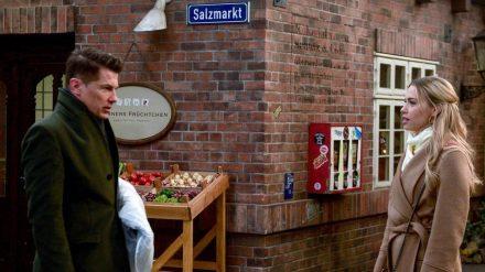 """Amelie (Lara-Isabelle Rentinck) lässt Gregors (Wolfram Grandezka) Drohungen bei """"Rote Rosen"""" kraftlos über sich ergehen. (nra/spot)"""