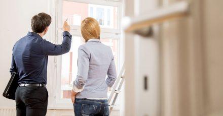 Vermieter müssen sich ein Bild von angezeigten Mängeln machen können. Wer seine Tür dafür nicht öffnet, verliert unter Umständen den Anspruch auf Mietminderung.