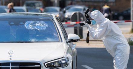 Die Spurensicherung der Polizei fotografiert den beschossenen Mercedes an der Herschelstraße in Hannover.