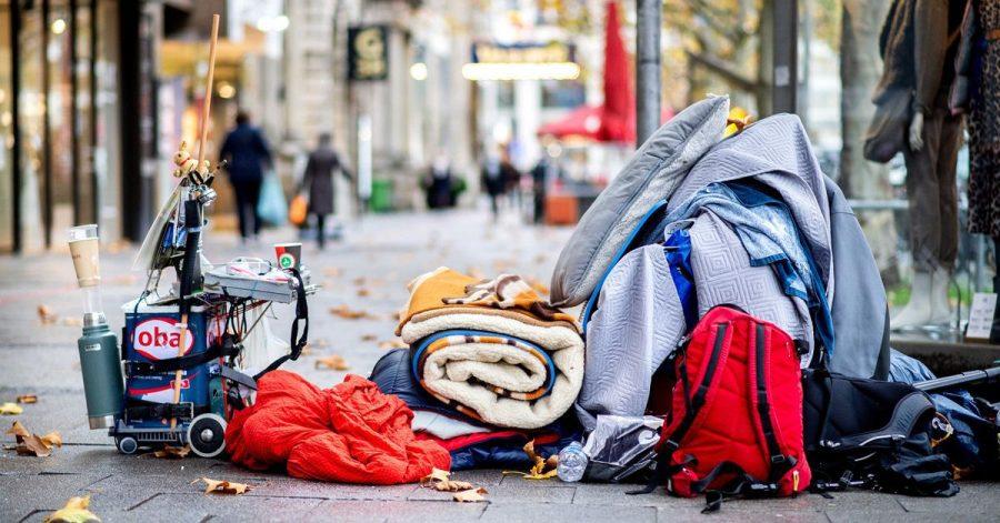 Geht es nach der EU-Kommission, soll schon bald niemand in der EU mehr auf der Straße schlafen müssen. Hier liegen die Habseligkeiten eines Obdachlosen in der Innenstadt von Hannover.