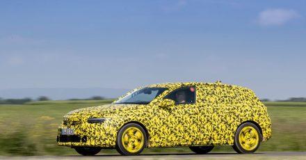 Nanu, was ist das? Nein, das ist kein neuer Lieferwagen der Post, sondern so getarnt ist der neue Opel Astra noch auf Erprobungsfahrten unterwegs.