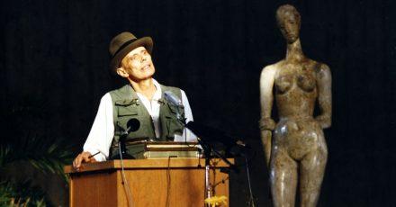 Joseph Beuys spricht im Lehmbruck-Museum in Duisburg.