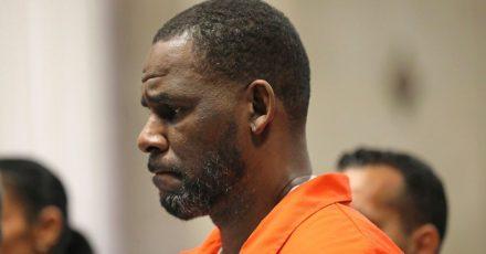 US-Sänger R. Kelly erscheint während einer Anhörung im Leighton Criminal Courthouse in Chicago.