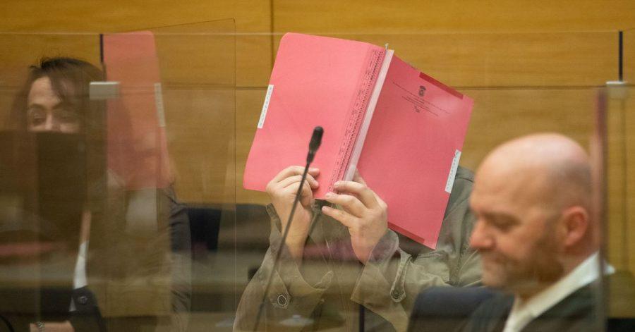 Der angeklagte Arzt (m.) im Sitzungssaal des Landgerichts Bielefeld.