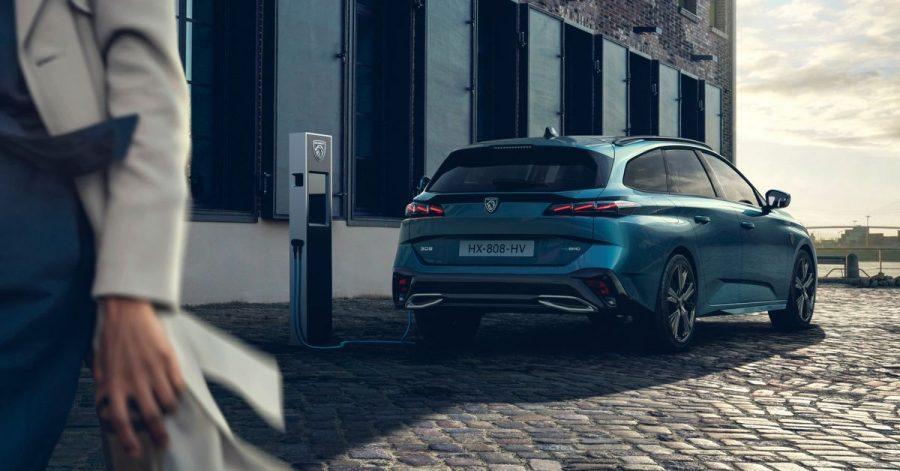 Ein schattiges Plätzchen zum Aufladen und Warten: Bis der Peugeot 308 SW in Deutschland auf den Markt kommt, vergehen noch ein paar Monate.