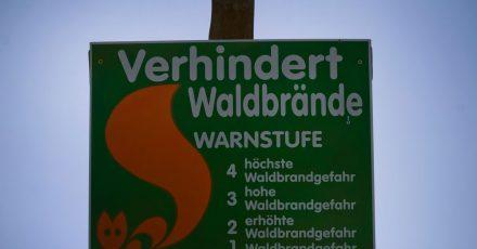 Der Deutsche Wetterdienst bewertet das Waldbrandrisiko in Stufen. Bei starkem Risiko darf die Forstbehörde sogar ein Betretungsverbot verhängen.