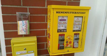Futter für die Bienen aus umgebauten Kaugummiautomaten.