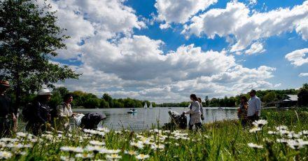 Spaziergänger gehen bei sommerlichem Wetter um den Kiessee, auf dem Segelboote und Tretboote unterwegs sind. Göttingen ist laut der EU-Umweltagentur EEA die deutsche Stadt mit der besten Luftqualität.