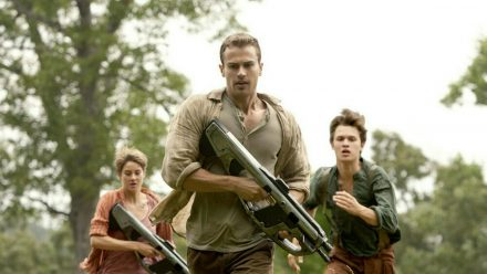 """""""Die Bestimmung - Insurgent"""": Tris (Shailene Woodley), Four (Theo James, M.) und Caleb (Ansel Elgort) müssen flüchten (cg/spot)"""