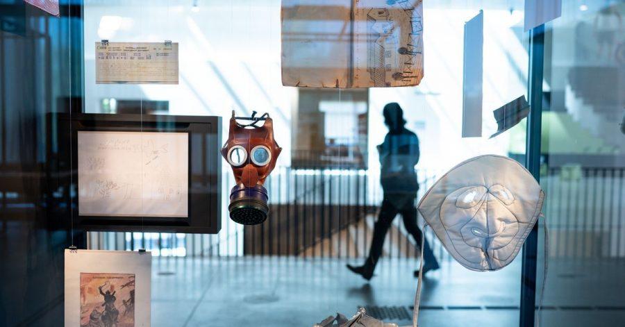 Eine Kindergasmaske und eine Frostschutzmaske hängen in einer Vitrine in der Ausstellung des neuen Dokumentationszentrums der Stiftung Flucht, Vertreibung, Versöhnung.