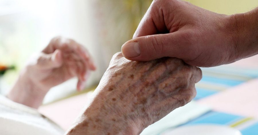 Pflegebedürftige bei der Körperpflege zu unterstützen, erfordert Wissen und Feingefühl.