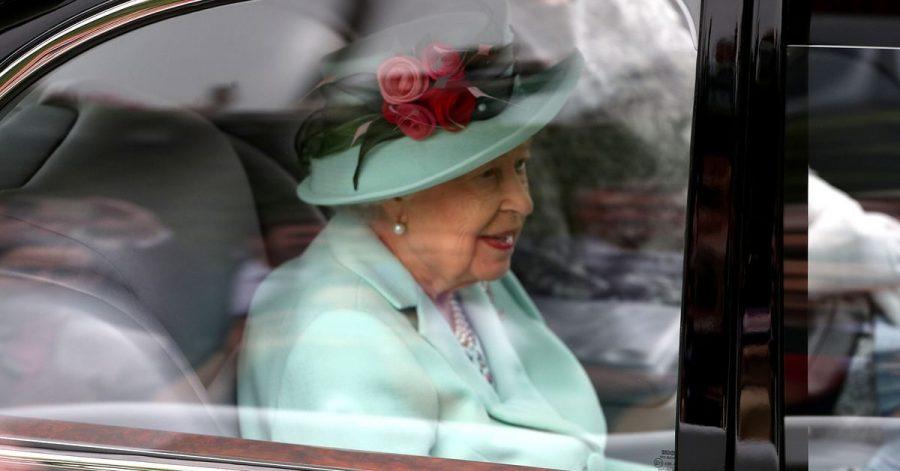 Die britische Königin Elizabeth II. kommt am fünften Tag des Royal Ascot mit dem Auto auf dem Ascot Racecourse an.
