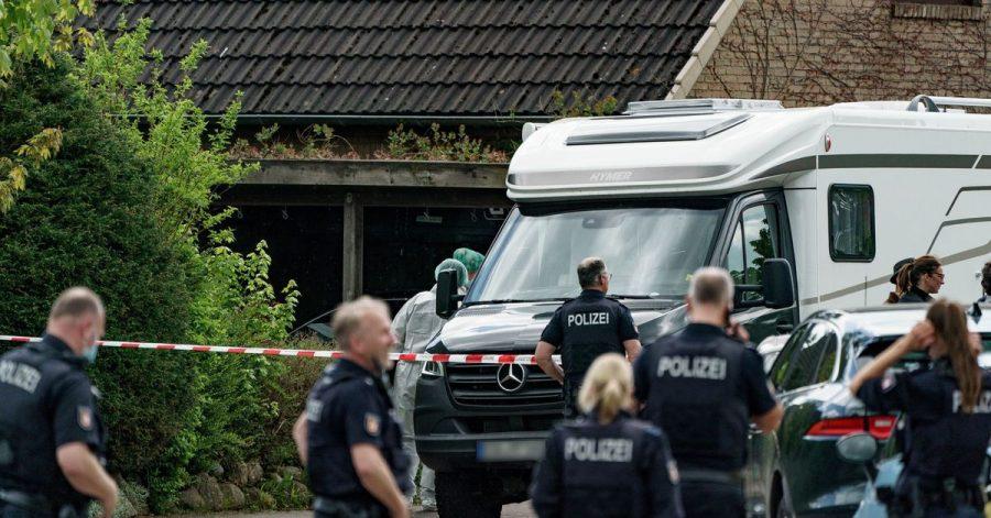 Polizisten untersuchen das Haus, in dem zwei Tote gefunden wurden.