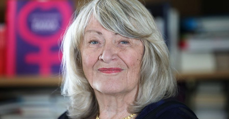 Alice Schwarzer, Journalistin, Publizistin und Gründerin, sowie Herausgeberin der Frauenzeitschrift Emma, steht im Frauenmuseum in Köln.
